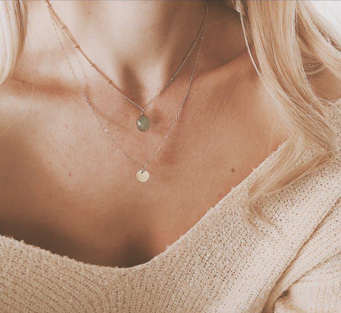 collier pierre verte et medaille